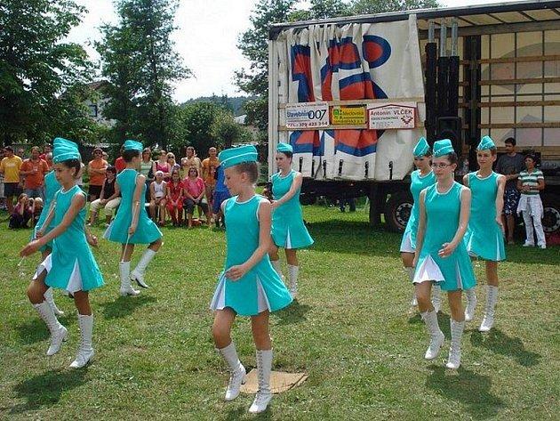Tachovské mažoretky vystupovaly v Srbech u Horšovského Týna.