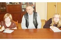 Členky novinářského kroužku Veronika Skýbová (vlevo) a Sandra Blahoutová (vpravo) diskutovaly se starostou Tachova Ladislavem Macákem.