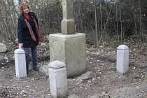 Místostarostka Boru Jana Šperková při kontrole restaurovaného pomníku u Čečkovic.