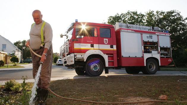 Dobrovolní hasiči zalévají stromy a keře v Chodové Plané. Na snímku Václav Zimák při zavlažování keřů v Chodské ulici.