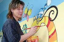 Mateřinku v Chodové Plané vyzdobila malovanými postavičkami Iva Kubíčková (na snímku). Po dokončení díla bude chodbu lemovat téměř padesát pohádkových figurek.