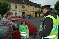 Žáci druhé a páté třídy Základní školy v Černošíně (na snímku ) ve středu za hodinu podělili autíčky dvanáct řidičů.
