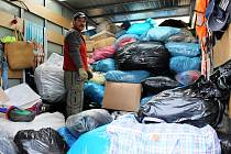 OBLEČENÍ, LŮŽKOVINY, DOMÁCÍ POTŘEBY ČI OBUV nosili do Studánky dárci vždy v pondělí a ve středu celý měsíc. Výsledkem charitativní sbírky bylo plné nákladní auto věcí určených potřebným lidem z okraje společnosti.