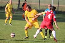 Fotbalisté Halže (ve žlutém) vstoupili do nové sezony až ve druhém kole, když jejich utkání úvodního kola se Sulislaví bylo odloženo na 7. listopadu.