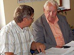 Přimdští zastupitelé se seznámili s návrhem projektem infocentra. Se stavebním dozorem, který v Přimdě zastupuje Jaroslav Koptík (vpravo), projekt prodiskutoval i zastupitel Karel Halla (vlevo).