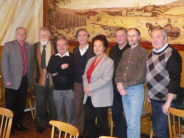 V sobotu se v Tachově sešli bývalí zastupitelé, které navštívil nynější starosta Ladislav Macák (vlevo).