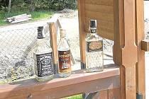 O víkendu byl zřejmě v pergole u Rychty mejdan – zůstaly po něm nejen tyto lahve, ale na zemi bylo nazvraceno a v rohu byly dokonce výkaly.