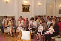 Sedmnáct nových občánků bylo pozváno v předvečer mezinárodního dne dětí do obřadní síně tachovského zámku.