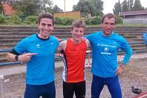 JAKUB DAVIDÍK (uprostřed) z Baníku Stříbro se svými atletickými soupeři krátce po překonání českého žákovského rekordu na 1500 metrů.