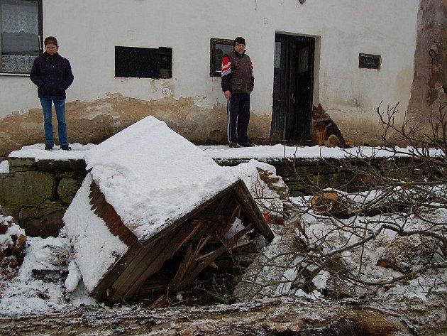 BOŽÍ DOPUŠTĚNÍ. Takhle to vypadlo na zahradě Miluše Cvetanové (na snímku), kde byla i bouda. Strom z ní odklízeli nejdříve lestkovští hasiči. Na pomoc pak dorazila i jednotka z Tachova.
