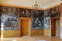¨RESTAUROVANÁ rokoková plátna už jsou v zámeckém sále znovu instalována, zbývají dodělat ještě drobné práce.