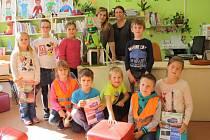 Děti z družiny ze Zárečné s novým maskotem, kterého vyrobily pro knihovnu.