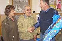 Stříbrský chovatel Jaromír Dostál oslavil osmdesáté narozeniny. Popřát mu přišli všichni jeho kolegové z organizace svazu chovatelů.