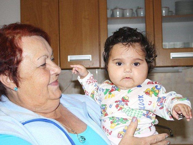 Ředitelka Dětského domova v Plané a pětiměsíční Nikolka, jejíž nezletilá maminka našla v domově zázemí.