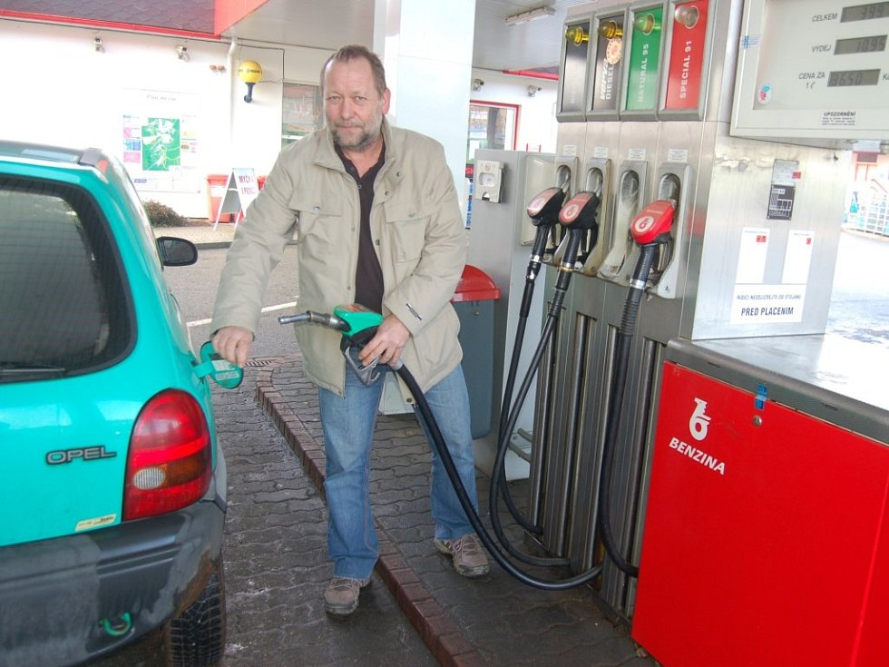 RICHARD BENEŠ tankuje ve Stříbře jen pár litrů na dojetí. Zbytek benzinu si do nádrže doplní v Plzni, kde je o poznání levnější.
