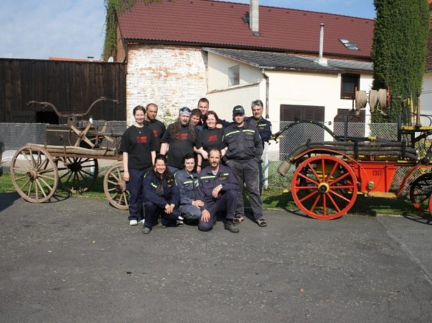 Černošínští hasiči před svými historickými unikáty.
