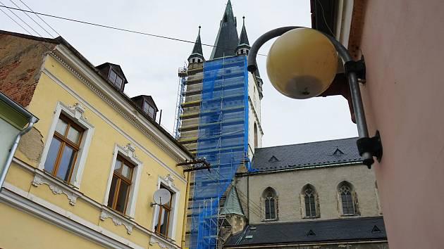 Věž kostela Nanebevzetí Panny Marie je obestavěna lešením.