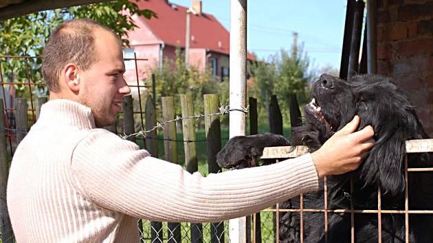 Majitel tříletého novofoundlandského psa Bena Václav Lácha (oba na snímku) necítí žádnou vinu. Podle něj si za zranění oběť útoku zvířete může sama.