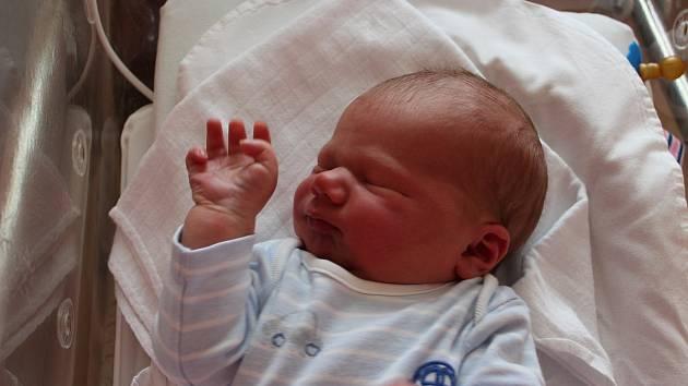 Oskar Matyáš (4300 g, 54 cm) se narodil 12. července v 6:35 ve Fakultní nemocnici vPlzni. Na světě ho společně přivítali rodiče Zuzana a Martin z Tatiné. Doma na brášku čekal Kryštof (2,5).