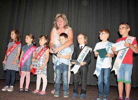 Budoucí školáci ze všech pěti mateřských škol v Tachově se přišli rozloučit s mateřinkou. Na památku si odnesli malý dárek.