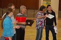 Fotbaloví rozhodčí se představili na palubovce sportovní haly v Tachově v roli hráčů.