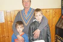 Vítězný František Lorenc se svými vnuky Josefem a Martinem Burešovými a největšími bramborami sobotní soutěže.