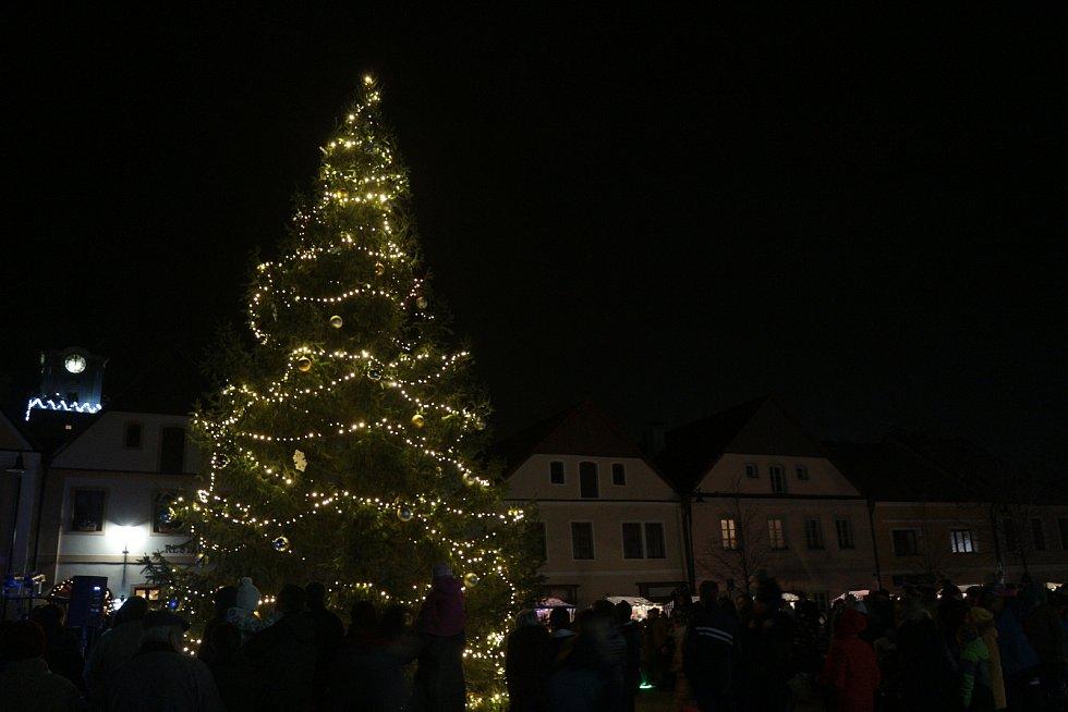 Slavnostní rozsvícení vánočního stromu v Plané.
