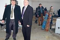 Ředitel SÚS Stříbro Miroslav Sedláček (vlevo) představil včera novému krajskému radnímu pro dopravu Jaroslavu Bauerovi rekonstruované středisko v Tachově.