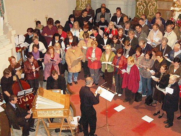 V chrámu sv. Mikuláše zpívalo několik sborů.
