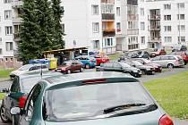 Nejhorší situace s parkovacími místy je na sídlišti Rapotínská. Fotografie byla pořízena přes den, kdy je většina lidí v práci, přesto se jen těžko hledalo místo k zaparkování