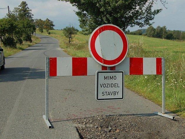 ZNAČKY JSOU OTOČENÉ. Jak ukazuje snímek, dopravní značky někdo otočil. Jestli je to dílo vtipálků nebo záměr stavbařů, není zatím známo.