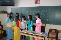 SKUPINKA vietnamských studentů tachovského gymnázia seznámila své vrstevníky se životem v zemi jejich předků.
