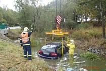 Havarovaný vůz vyprostili z vodoteče hasiči.