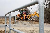 Začátkem týdne pracovníci stavební firmy prováděli dokončovací práce na úpravě terénu v okolí budoucího chodníku.