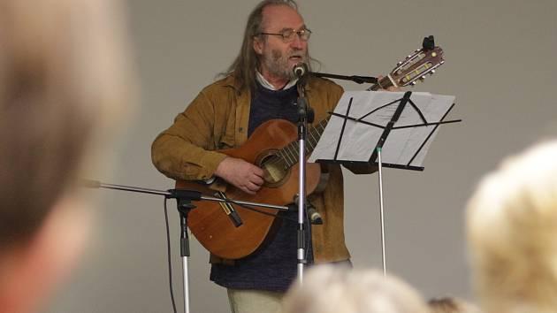 Písničkář hrál, zpíval i vyprávěl příběh z Kladrub