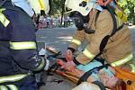 Pro diváky předvedli hasiči záchranu osob z hořícího zámku