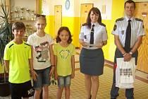 Vyhlášení vítězů (zleva): Marek Šmída, Nela Říhová, Viktorie Chejnovská, por. Mgr. Adéla Červená, kpt. Mgr. Luboš Kasl