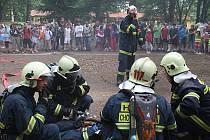 Hasiči předvedli dětem záchranu osoby z druhého patra hořícího zámku v Chodové Plané a policie ukázala výcvik psů.