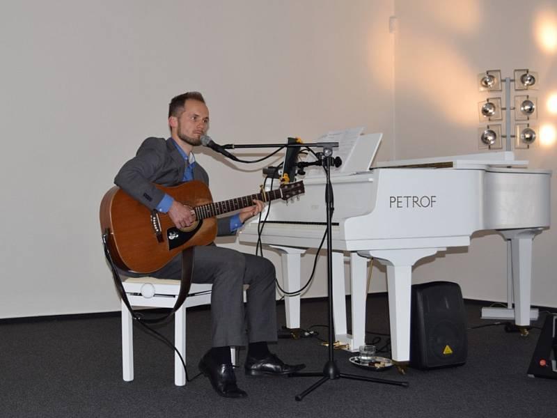 Muzejní kafírnu zahájil zpívající učitel Petr Puda