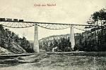 ŽELEZNIČNÍ MOST na trati z Pňovan do Bezdružic působil vždy impozantně. Na snímku viadukt krátce po otevření, desítky let před zatopením údolí.