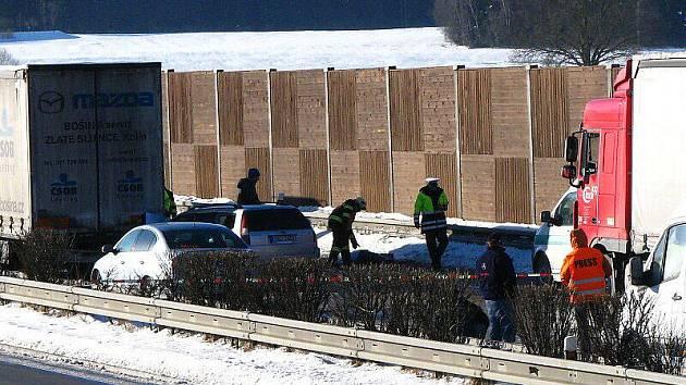 Nehoda tří osobních aut a jednoho kamionu na dálnici D5 mezi exity Nová Hospoda a Mlýnec na Tachovsku si vyžádala jeden lidský život.