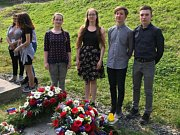 Tachovští studenti u pamětní desky českým obětem Flossenbürgu.