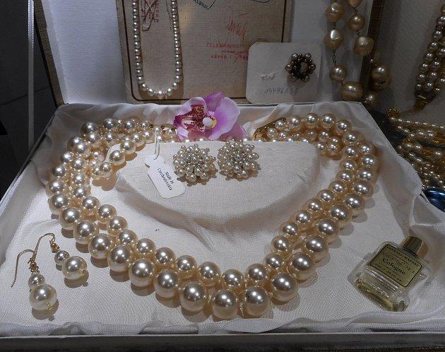Ukázka vystavených šperků ze soukromé sbírky Hany Štollové v Regionálním muzeu Kladrubska.