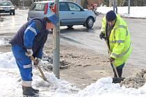 DO BOJE SE SNĚHOVOU nadílkou vyrazili i zaměstnanci Západočeských komunálních služeb v Tachově.