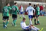 Jak skončili, tak začnou! Fotbalisté Baníku Stříbro (v bílém) zakončili minulou sezonu krajského přeboru zápasem proti Horní Bříze a se stejným soupeřem zahájí i tu nadcházející.