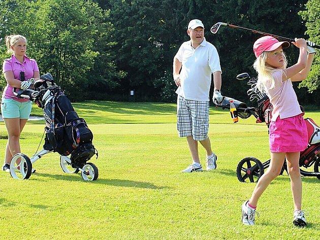 Hrál se turnaj smíšených dvojic v golfu.