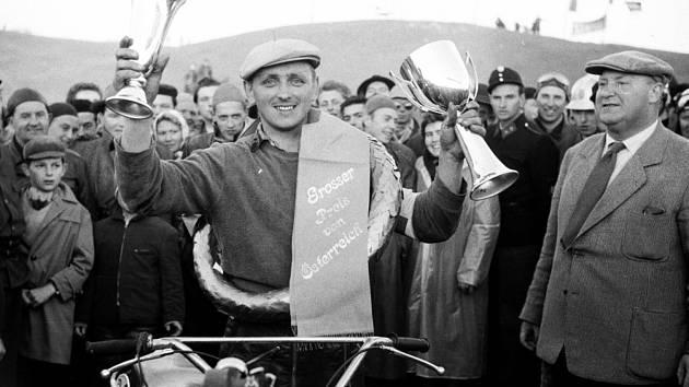 Miloslav Souček při udělení plakety a na archivních snímcích.