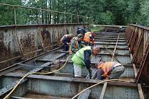 PLNÉ RUCE PRÁCE mají v těchto dnech dělníci opravující železniční most v Tachově.