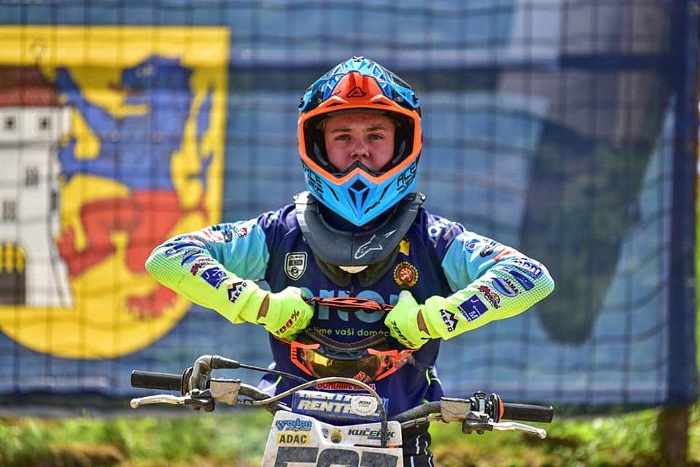 Stříbrský motokrosař Dominik Kučeřík (číslo 537) při závodu mistrovství republiky.
