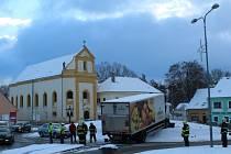 NA OSTRŮVEK uprostřed kruhové křižovatky v Tachově u muzea najel v pondělí ráno nákladní automobil.